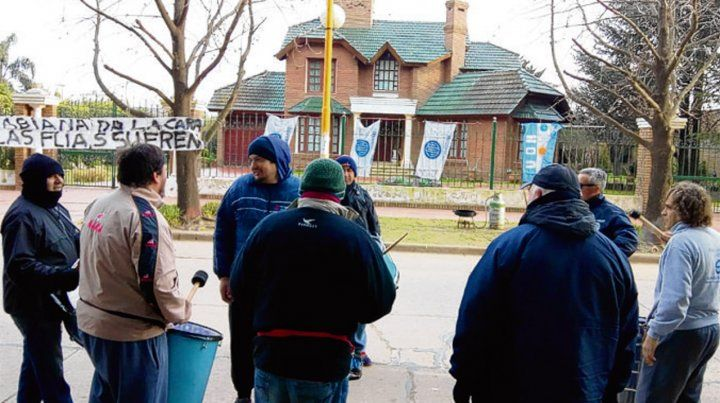 Escrache. Los obreros movilizaron ante la casa de uno de los dueños.