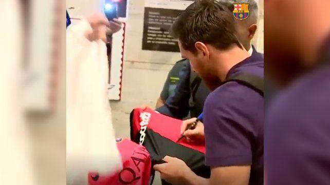 La tremenda emoción de un nene porque Messi le firmó la camiseta de Newells