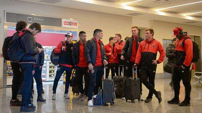 En suelo cuyano. El plantel rojinegro apenas arribó al aeropuerto de Mendoza.