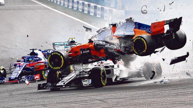 Tremendo. El McLaren de Alonso vuela sobre el Sauber de Leclerc. Hasta golpeó el halo