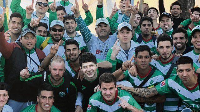 El festejo. Los jugadores del verde celebran luego del triunfo en la casa del celeste.