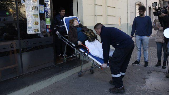 El viento tumbó un panel de una obra en construcción y cayó sobre la espalda de una mujer