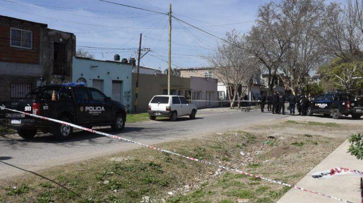 Una mujer policía que estaba fuera de servicio le disparó a un joven que la asaltó en la calle
