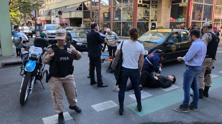 Un ciclista fue atropellado por un taxi en pleno centro