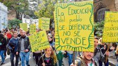 Señales de protesta. La comunidad universitaria  volverá a movilizarse masivamente mañana en Rosario en defensa de la  universidad pública.