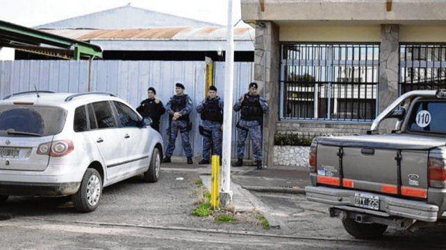 Efectivos policiales apostados frente a la sede comunal.