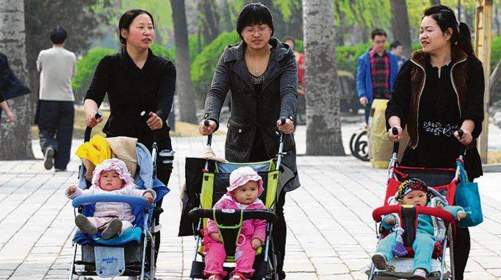 Nacidos. China ofrecería incentivos y oportunidades laborales a los padres.