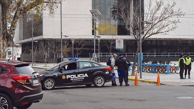 Cercado. La provincia implementó un cerco de seguridad luego de que el edificio fue atacado a balazos.