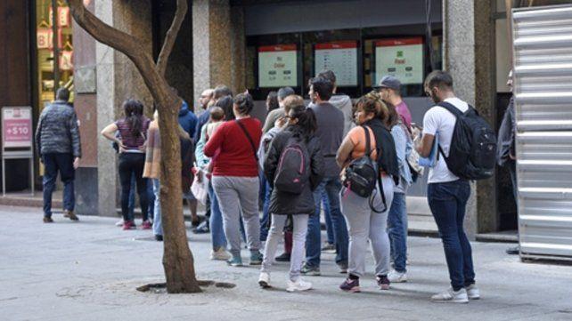 Alta demanda. Los rosarinos volvieron a hacer largas colas para comprar dólares en las casa de cambio.