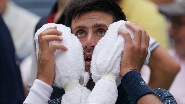 Djokovic busca un respiro del horno del Abierto de Estados Unidos con toallas y hielo.