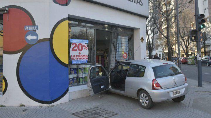 Espectacular choque en una esquina con semáforos en pleno Echesortu