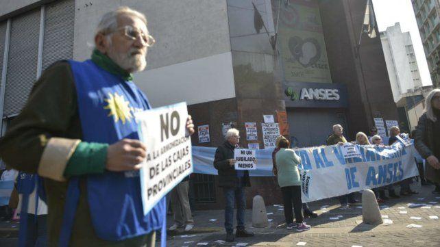 Abrazo simbólico a la sede de la Ansés en contra de los recortes en jubilaciones y asistencia social