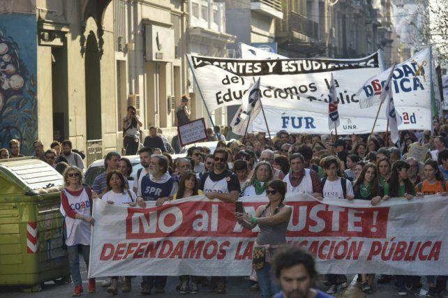 Rosario marcha en apoyo a la universidad pública