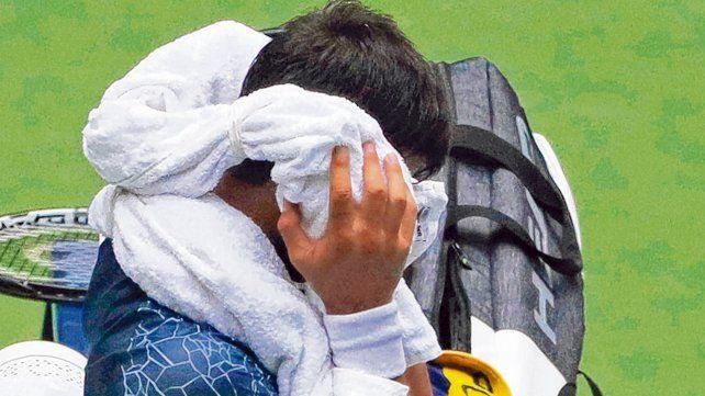 Insoportable. Djokovic utilizó varias toallas rellenas con hielo en los descansos de su partido con el húngaro Marton Fucsovics. También compartieron un baño de hielo.