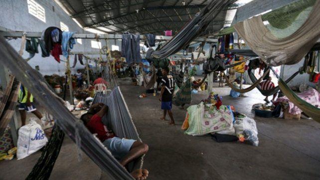 Refugio. Un grupo de migrantes venezolanos descansa en hamacas instaladas en un gimnasio.