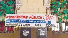 Alerta. Estudiantes y docentes de la Facultad de  Humanidades de la UNR advirtieron que, sin más fondos, corre riesgo la  universidad pública.