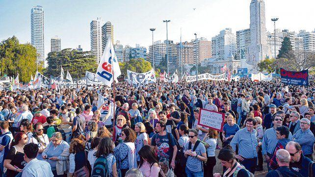 Multitud. El Monumento a la Bandera volvió a convertirse en epicentro de una masiva marcha de protesta.