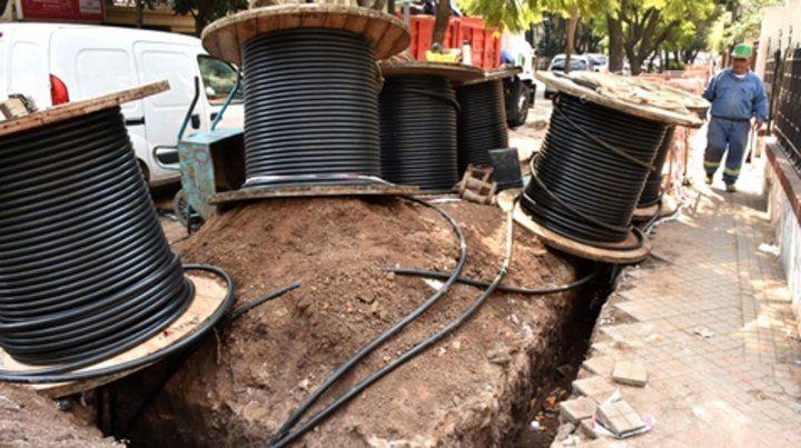 En obras. Los nuevos cables ya están siendo colocados.