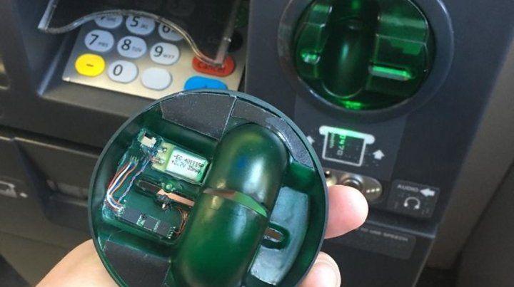 El joven búlgaro estafaba con tarjetas de débitos que falsificaba a partir de  la colocación de dispositivos en cajeros automáticos.