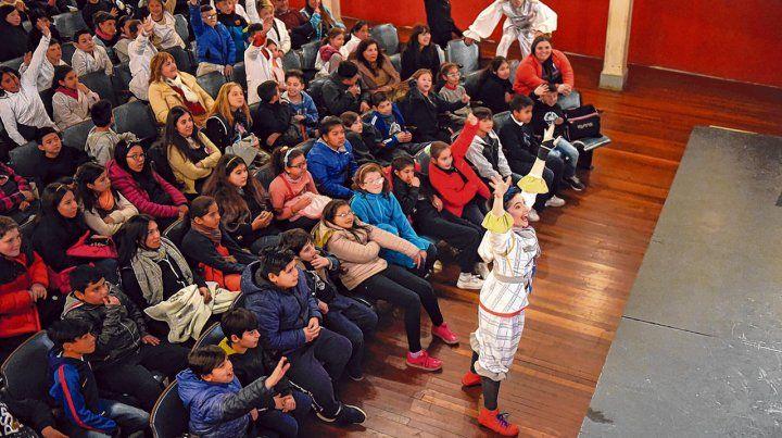 El teatro La Comedia es el lugar de la cita con la obra de teatro escrita y dirigida por Simonel Piancatelli. Ya asistieron más de 2.400 alumnas y alumnos.