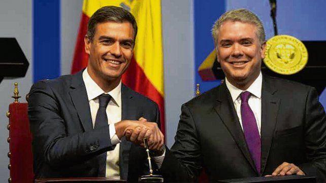 Gira sudamericana. Sánchez (izq) junto al presidente colombiano.