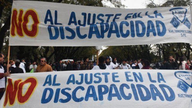 protesta. Los transportistas y los dueños de instituciones reclamaron ayer por las calles de la ciudad.