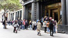 Demanda. Las colas frente a las casas de cambio se convirtieron en una postal recurrente en Rosario.
