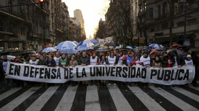 Bandera. El reclamo de los gremios universitarios y los estudiantes en defensa de la educación pública copó ayer la ciudad de Buenos Aires.