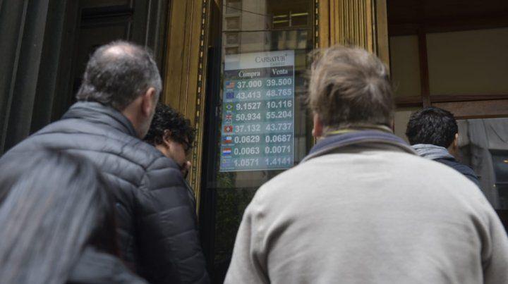 En las casas de cambio de Rosario el dólar arrancó hoy a 41 pesos y luego bajó a 39
