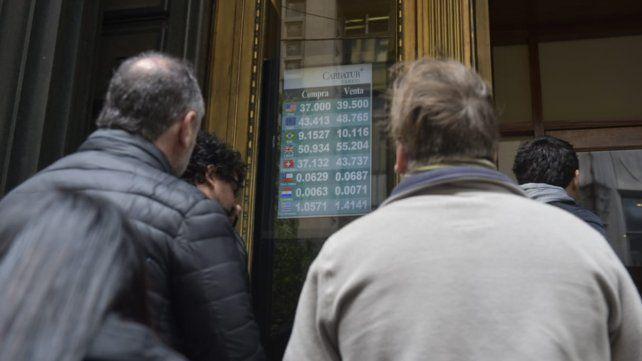 En las casas de cambio de Rosario el dólar arrancó hoy a 41 pesos y luego bajó a 39,50 pesos.