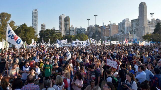 Contundente. Unas 40 mil almas se movilizaron el martes al Monumento en defensa de la educación pública.