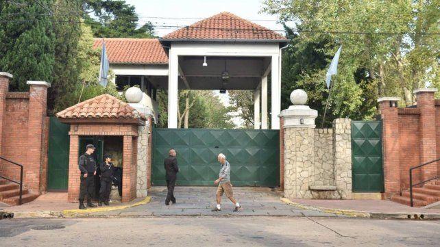 A puertas cerradas. El gobierno se atrincheró ayer en Olivos para pergeñar un plan que le dé algo de aire.