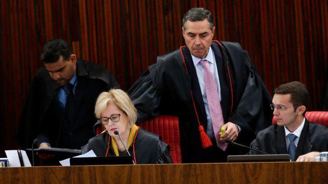 Veredicto. La presidenta de la corte electoral Rosa Weber junto al juez Luís Roberto Barroso.
