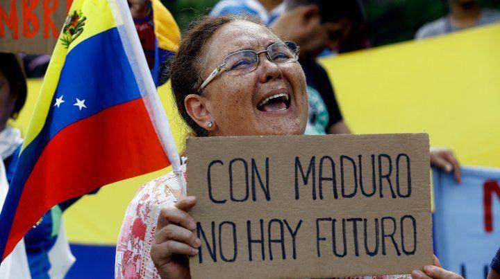 Malestar social. Una manifestante sostiene un cartel contra Maduro durante una protesta en Caracas.