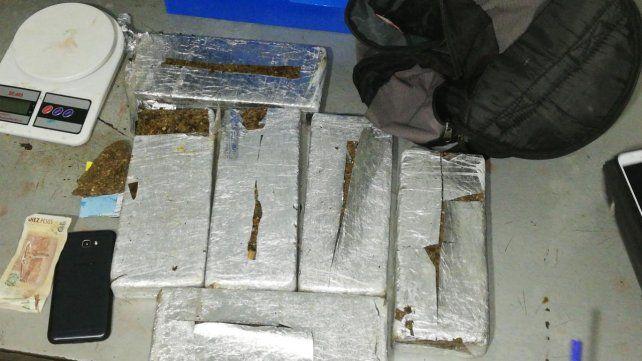 Ladrillos. La policía señaló que la droga pesó cerca de seis kilos.
