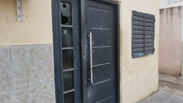 La puerta de la casa donde estaban las víctimas fue acribillada anoche.