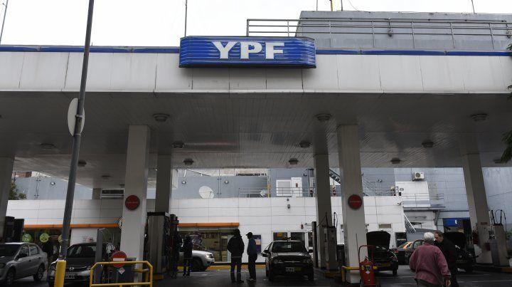 Leve baja en el precio de la nafta de YPF