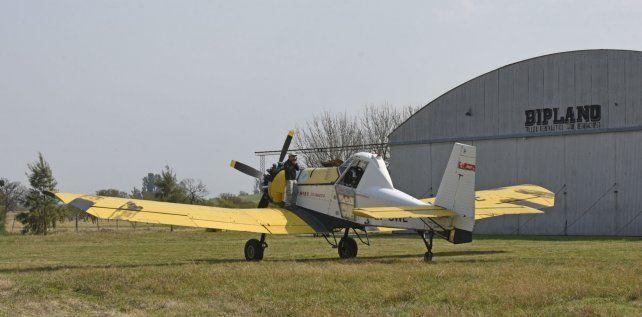 Con esta aeronave se combate desde Victoria el fuego en las islas. Carga 2.500 litros de agua y debe cubrir una superficie de 360 mil hectáreas.