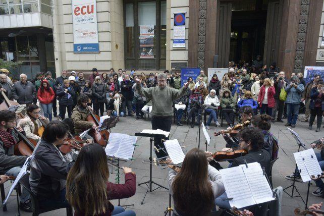 La Orquesta Juvenil de la UNR brindó un variado repertorio que fue seguido con atención por el público