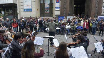 La Orquesta Juvenil de la UNR brindó un variado repertorio que fue seguido con atención por el público, a pesar de la fría jornada.