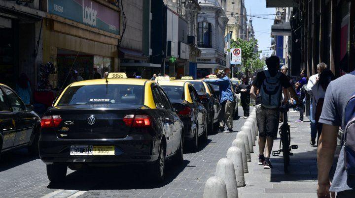 Sin pasajeros. Una larga hilera de taxis espera poder conseguir un viaje.