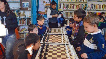 Libros y juego. A la biblioteca Pocho Lepratti, de la zona sur, los chicos no sólo se acercan a hacer las tareas, aprenden ajedrez y oficios.
