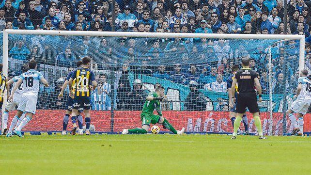 Primera estocada. El Licha López ya impactó la pelota para abrir el resultado a favor de Racing.