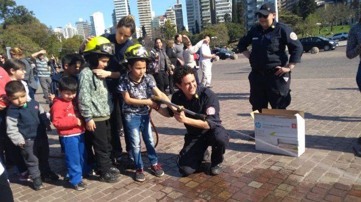 Los bomberos voluntarios pasaron una tarde divertida con los chicos.