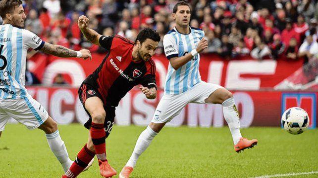 El último en el Coloso. Scocco marcó dos goles en el 3-1 leproso ante el Decano.