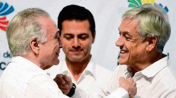 Saludo. Michel Temer y Sebastián Piñera en México, junto a Peña Nieto.