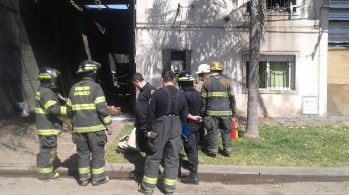 Un voraz incendio causó graves daños una fábrica de telgopor en Capitán Bermúdez