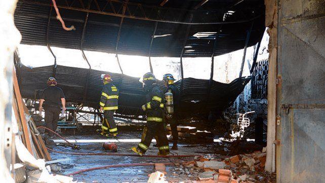Intensa labor. Los Bomberos trabajan en el galpón tras caerse el techo.