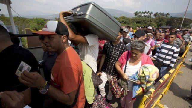 En fuga. Venezolanos dejan su país e ingresan a Colombia por el puente Simón Bolívar.