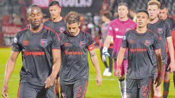 Tristeza en el Coloso. Luis Leal, Hernán Bernardello y Víctor Figueroa encabezan la salida del pelotón rojinegro tras la primera derrota de local del ciclo de De Felippe.